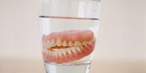 Tak Ada Pantangan untuk Gigi Palsu, Cukup Hindari Makanan Keras